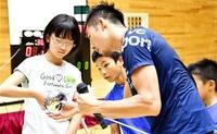 越前市 見延、佐藤選手 フェンシング世界の技指南 体験催しに子どもら200人