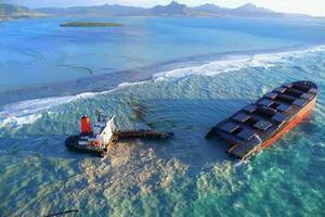 16日にモーリシャス沖で座礁し、二つに割れた日本の貨物船(lexpress.mu提供・共同)