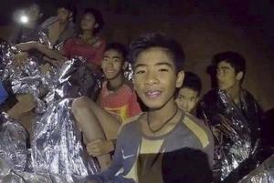 洞窟で発見された少年ら(タイ海軍特殊部隊が4日、フェイスブックに公開した画像)