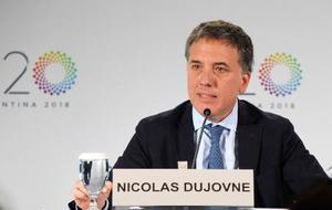 G20財務相・中央銀行総裁会議を終え、記者会見する議長国アルゼンチンのドゥホブネ財務相=12日、インドネシア・バリ島(共同)