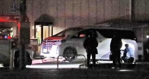 殺人未遂事件の発生後、現場周辺を調べる捜査員=11月18日午前1時40分ごろ、福井県福井市飯塚町