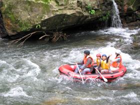 2.1キロの川下り体験はスリル満点