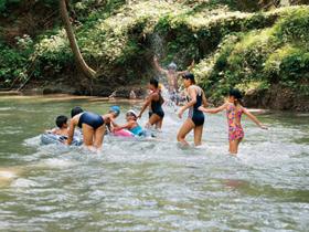 足羽川の途中にある浅瀬。子供たちの水遊びにぴったり