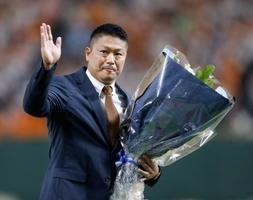 引退セレモニーで、花束を手に声援に応える村田修一選手=9月28日、東京ドーム