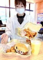 飲食提供施設ではサトイモのフライドポテトやスムージー、恐竜をかたどったハンバーガーなどを取りそろえている=6月17日、福井県勝山市の道の駅「恐竜渓谷かつやま」