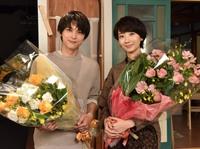 波瑠、吉沢亮と『サバ婚』クランクアップ 伊勢谷のサプライズに涙