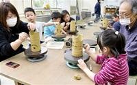 こいのぼりに見える? 越前町・県陶芸館 親子ら粘土で創作 みんなで読もう