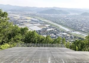 完成したパラグライダーの離陸場から見た福井県越前市の市街地=5月10日、同市の村国山山頂