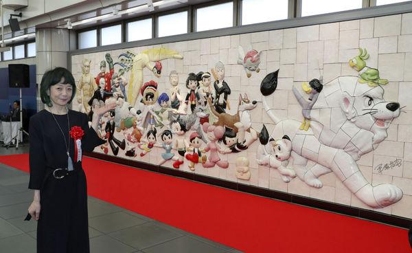 手塚さんレリーフ、駅で除幕
