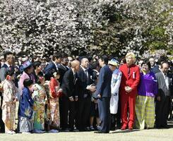 桜を見る会で招待客と話す安倍首相(中央)=2019年4月、東京都内