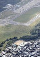 米軍普天間飛行場と沖縄県宜野湾市立普天間第二小学校(下)=2017年12月