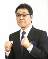 ポーズをとる旭日小綬章受章が決まった歌手の五木ひろしさん