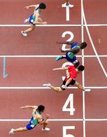 男子100メートル ジャスティン・ガトリンと競り合い10秒01の2位でゴールする桐生祥秀(4レーン)。下は山県亮太、上は多田修平=ヤンマースタジアム長居