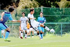 サウルコス福井―'09経大FC 後半29分、サウルコスのMF小林誠(28)がシュートを決め、2―0とする=経大フィールド(長谷川麻里さん提供)