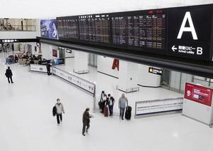 中韓からの入国制限が始まり閑散とする成田空港の到着ロビー=3月9日午後