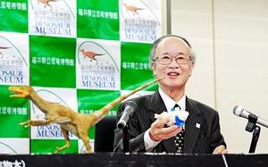 「フクイベナートル・パラドクサス」について笑顔で発表する東洋一特任教授=26日、福井県庁