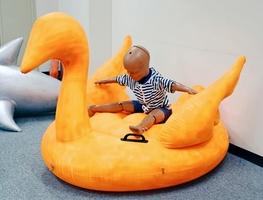 水面に浮かべて遊ぶ鳥形のフロート=7月17日、消費者庁