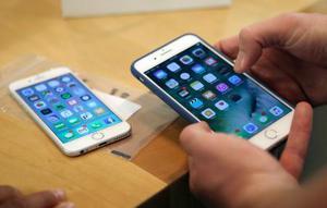 米アップルの「iPhone」(AP=共同)
