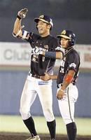 信濃―福井 延長11回福井1死一、二塁、中前に勝ち越しの適時打を放ち笑顔の浜崎(左)=長野県営野球場