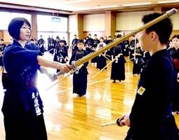 トップアスリート剣道教室で子どもたちを指導する渡邊タイ五段(左)=1月11日、福井県の越前市武道館