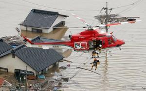 冠水した岡山県倉敷市真備町で、救助活動する防災ヘリコプター=7日午後(共同通信社ヘリから)