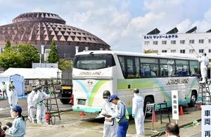 嶺北地域の避難者を乗せたバスの除染などを行う自衛隊員=8月31日、福井県鯖江市宮前2丁目