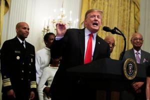 米ホワイトハウスで開かれた会合で発言するトランプ大統領=21日(AP=共同)