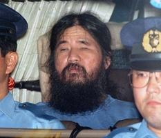 1995年9月25日、警視庁に移送されるオウム真理教の松本智津夫死刑囚=東京都千代田区