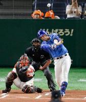 1回DeNA1死一塁、ソトが左越えに先制2ランを放つ。捕手炭谷=東京ドーム