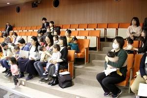 ふくまむの「子連れ傍聴」で一般質問を聞く親子=2018年12月、福井県福井市議会