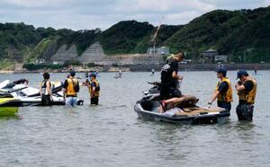横須賀海上保安部が逗子海岸で実施した水上バイクの一斉指導=2日午前、神奈川県逗子市