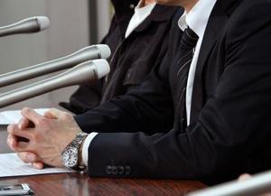 在留特別許可が出たことについて記者会見する台湾人の男性(手前)。奥は日本人同性パートナー=22日午後、東京・霞が関の司法記者クラブ