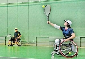 2バウンドでの返球が認められている以外は一般のテニスと同じルールで楽しめる車いすテニス=鯖江市の鯖江広域西番スポーツセンター