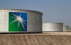 サウジアラムコの石油タンク=10月、サウジアラビア東部アブカイク(ロイター=共同)