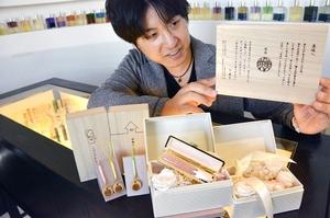 こまもり箱(右上)やプロポーズ印鑑(手前中央)など新しい切り口で商品展開している小林大伸堂=福井県鯖江市