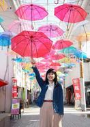 商店街が傘でカープ応援