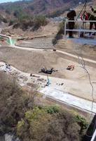 八ツ場ダムに架かる橋からバンジージャンプする長野原町の萩原睦男町長=20日、群馬県長野原町