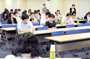 未成年被害者の早期発見を目指し、養護教諭らが意見を交換した連絡会議=26日、福井市の福井県済生会病院