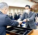 退職教職員269人に辞令、永年勤続表彰 県 庁