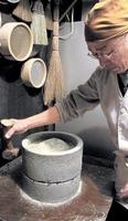 約80年にわたって使い込まれている、福井市小和清水町産の石臼=福井市西大味町の「そば玄」