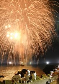 夜の海辺彩る1979発の大輪、夏の思い出に子どもの人数分打ち上げ 福井県越前町で海上花火大会