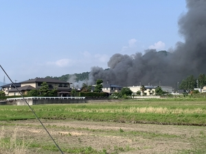 もうもうと黒煙が上がる福井県永平寺町松岡石舟の現場付近=6月20日