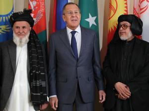 9日、モスクワでのアフガニスタン和平会合に参加した(左から)アフガン政府の「高等和平評議会」関係者とロシアのラブロフ外相、タリバンの関係者(タス=共同)