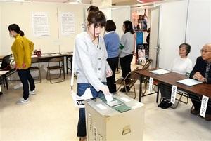 期日前投票所で1票を投じる有権者=3月22日、福井県福井市