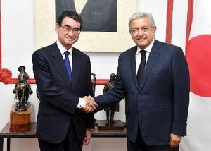会談で握手する河野外相(左)とメキシコのロペスオブラドール次期大統領=17日、メキシコ市(外務省提供・共同)