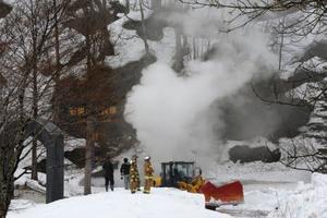 白煙を上げる北海道夕張市石炭博物館の模擬坑道=19日午前8時46分
