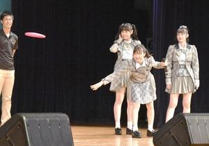 フライングディスクを体験するAKB48チーム8のメンバー=7月15日、福井県坂井市ハートピア春江