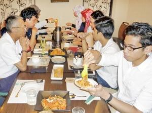 ムスリムフレンドリー認証店での夕食を楽しむ留学生ら=8月、福井県鯖江市有定町のレストラン「王様の食卓WEST」