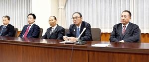 会見する自民党新生会の山岸猛夫会長(右から2人目)ら=12月18日、福井県議会議事堂