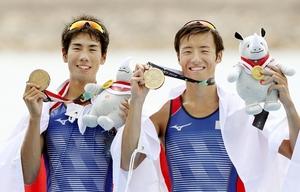 ボートの男子軽量級ダブルスカルで優勝し、金メダルを手にする武田匡弘(左)、宮浦真之組=パレンバン
